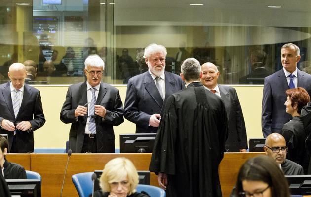 De G à D, Jadranko Prlic, Bruno Stojic, Slobodan Praljak, Milivoj Petkovic, Valentin Coric et Berislav Pusic devant le TPIY, le 29 mai 2013 à La Haye [Jiri Buller / Pool/AFP]