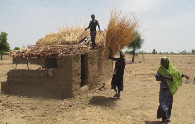 Des Nigérians d'origine camerounaise construisent une maison le 27 mai 2013 à Tallamallabrahim au Cameroun [Reinnier Kaze / AFP]