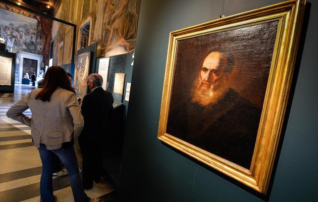 Un visiteur de l'exposition sur Archimède devant un portrait du génie grec, le 30 mai 2013 à Rome [Andreas Solaro / AFP]