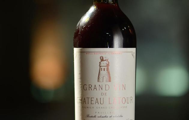Une bouteille de Château Latour de la cave de l'Elysée mise aux enchères à Paris, le 30 mai 2013 [Eric Feferberg / AFP]