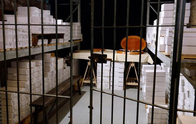 Une partie des quelque 1.200 bouteilles issues de la cave de l'Elysée photographiées à Issy-les-Moulineaux, le 30 mai 2013, avant leur mise aux enchères [Eric Feferberg / AFP]