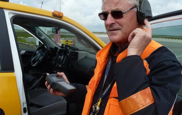 Gérard Lacroix envoie des signaux électroniques pour faire fuir les oiseaux, le 30 mai 2013 [Valentin Bontemps / AFP]