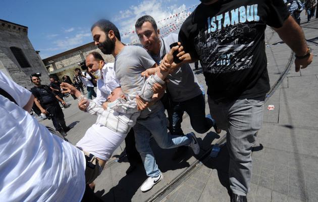 Un homme est transporté par des manifestants à Istanbul, le 1er juin 2013 [Bulent Kilic / AFP]