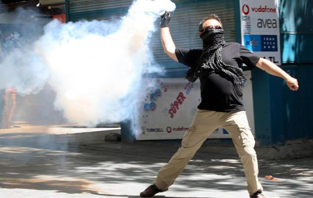 Un manifestant affronte les policiers à Ankara, le 1er juin 2013 [Adem Altan / AFP]