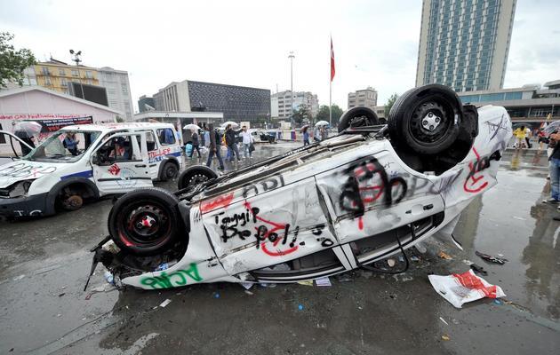 Une voiture renversée et dégradée à Taksim, quartier d'Istanbul, le 1er juin 2013 [Ozan Kose / AFP]