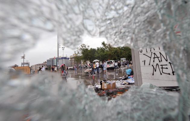 Une voiture de police endommagée à Istanbul, lors des manifestations, le 2 juin 2013 [Ozan Kose / AFP]