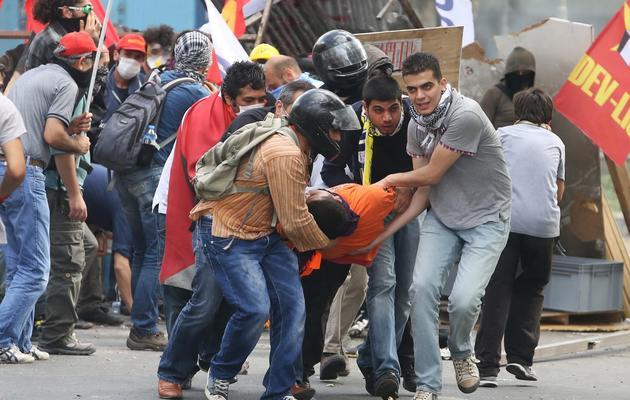 Des manifestants portent un blessé, à Ankara le 2 juin 2013 [Adem Altan / AFP]