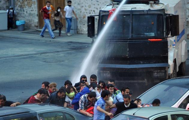 La police utilise un canon à eau pour disperser des manifestants à proximité de la résidence du Premier ministre, le 2 juin 2013 à Istanbul [Ozan Kose / AFP]