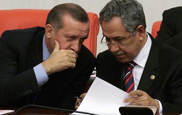 Le Premier ministre turc Recep Tayyip Erdogan (G) parle au vice-Premier ministre Bülent Arinç, le 25 février 2012 à Ankara [Adem Altan / AFP/Archives]