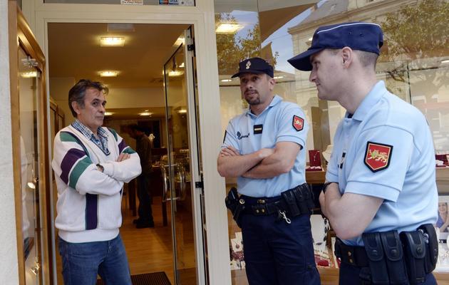 Deux gendarmes parlent à un joailler durant une patrouille à Sainte-Foy-la-Grande, dans le sud-ouest de la France, le 4 juin 2013 [Jean Pierre Muller / AFP]