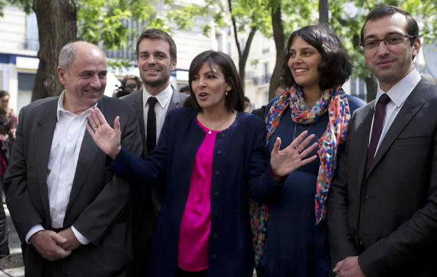 Anne Hidalgo (C), candidate PS à la mairie de Paris, présente son équipe de campagne à Paris, le 4 juin 2013 [Joel Saget / AFP]