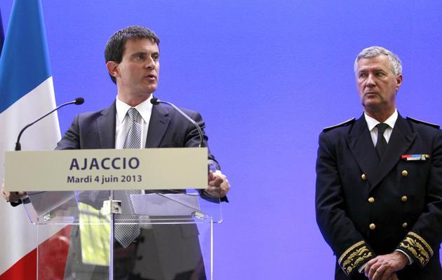 Le ministre de l'Intérieur Manuel Valls (G) avec le préfet de Corse-du-Sud Patrick Strzoda lors d'une conférence de presse à Ajaccio, en Corse, le 4 juin 2013 [Pascal Pochard Casabianca / AFP]