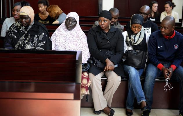 Des proches des victimes attendent le début du procès d'un policier jugé pour la mort de deux adolecents Moushin et Lakamy tués dans une collision entre leur mini-moto et une voiture de police le 6 juin 2013 au tribunal de Pontoise. [Lionel Bonaventure / AFP]