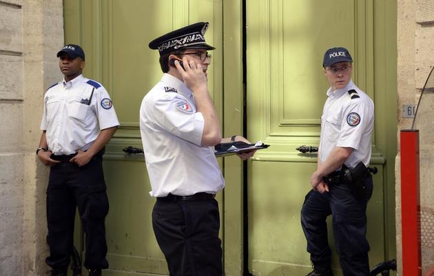 La police sécurise, le 6 juin 2013 à Paris, les lieux de la bagarre entre des militants de gauche et des skinheads [Bertrand Guay / AFP]