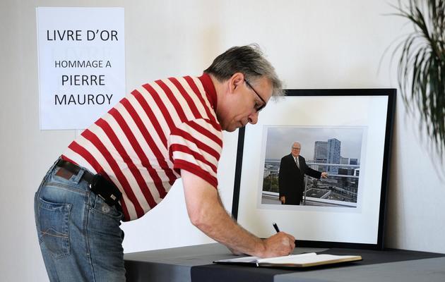 Un homme signe le livre de condoléances en mémoire de Pierre Mauroy, le 8 juin 2013 à Lille [Philippe Huguen / AFP]
