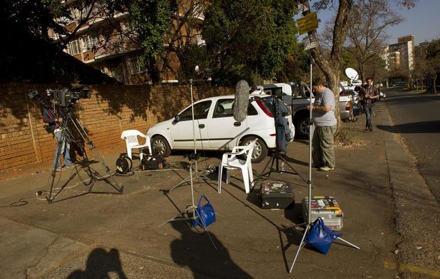 Des journalistes sont rassemblés le 8 juin 2013 devant l'hôpital de Pretoria où Nelson Mandela pourrait être hospitalisé [Alexander Joe / AFP]