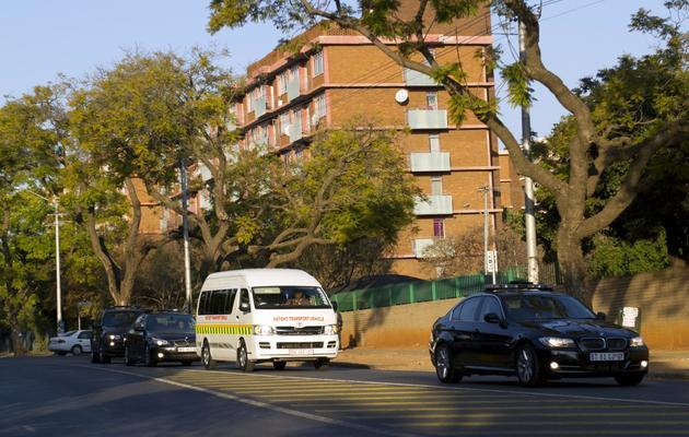 Une ambulance escortée de plusieurs voitures quitte l'hôpital de Pretoria où Nelson Mandela pourrait être hospitalisé le 8 juin 2013 [Alexander Joe / AFP]
