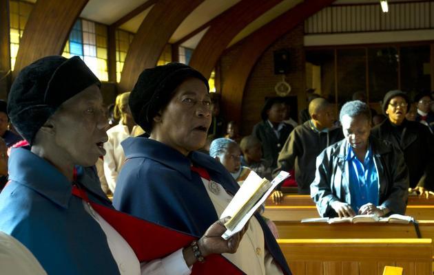 Des fidèles en prière pour Mandela le 9 juin 2013 dans une église de Soweto [Alexander Joe / AFP]