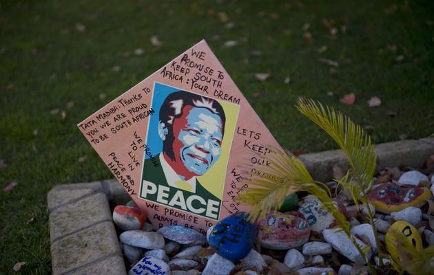 Un message de soutien à l'égard de Nelson Mandela déposé devant la maison de l'ancien dirigeant, à Johannesburg, le 9 juin 2013 [Alexander Joe / AFP]