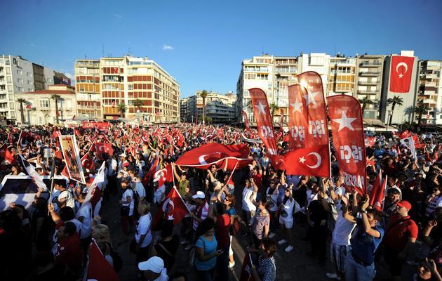 Des milliers de personnes manifestent contre le gouvernement turc le 9 juin 2013 à Izmir [Ozan Kose / AFP]
