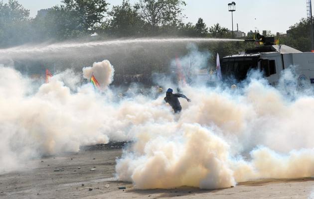 Manifestant face à la police  le 11 juin 3013 place Taksim à Istanbul [Bulent Kilic / AFP]