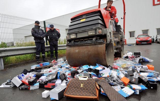 Des produits de contrefaçon vont être détruits à Vertou, dans l'ouest de la France, le 11 juin 2013 [Frank Perry / AFP]