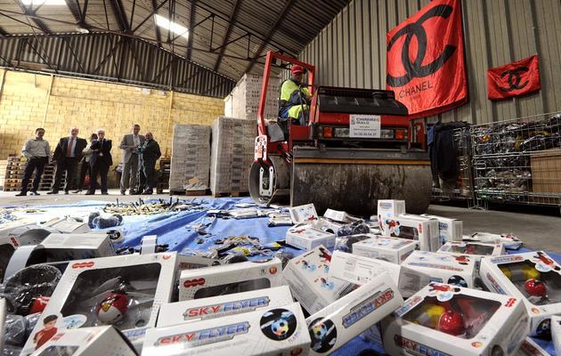 Des produits de contrefaçon saisis à Marseille vont être détruits, le 11 juin 2013 [Boris Horvat / AFP]