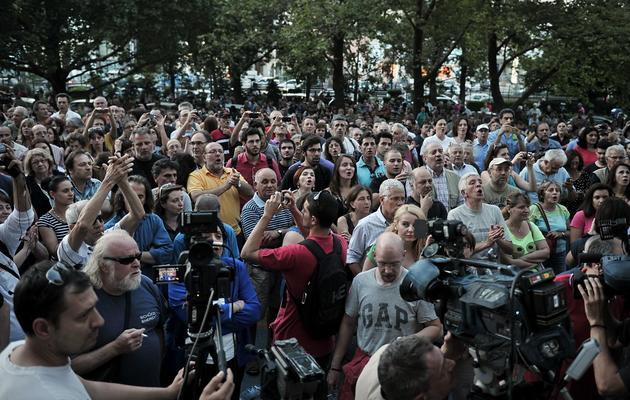 Des milliers de personnes rassemblées le 11 juin 2013 devant le siège d'ERT à Athènes [Louisa Gouliamaki / AFP]