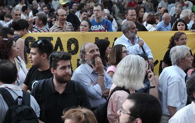 Salariés et manifestants devant le siège de la  la télévision publique ERT len11 juin 2013 en Grèce [Louisa Gouliamaki / AFP]