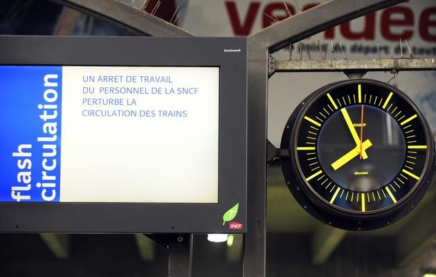 Panneau d'information des voyageurs à la gare Montparnasse à Paris le 12 juin 2013 [Bertrand Guay / AFP]