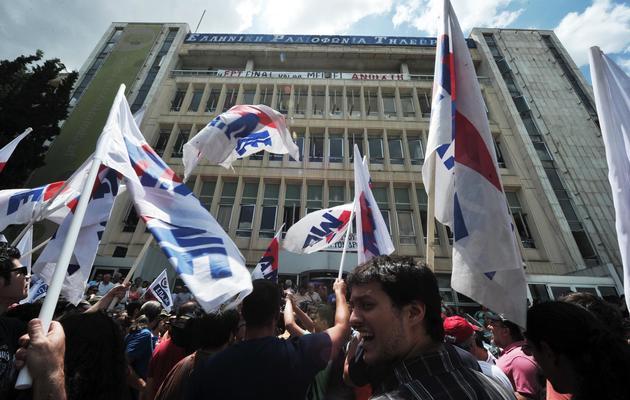 Des manifestants se rassemblent devant le siège de la chaîne publique grecque ERT, le 12 juin 2013 à Athènes [Louisa Gouliamaki / AFP]