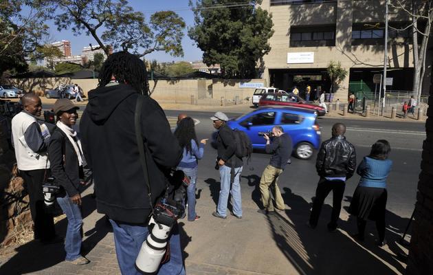 Des photographes attendent le 12 juin 2013 devant l'hôpital de Pretoria où se trouve Nelson Mandela [Alexander Joe / AFP]