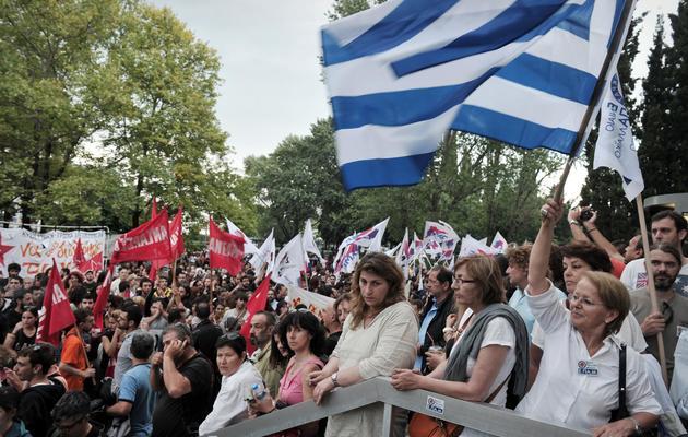 Manifestation le 12 juin 2013 devant le siège de l'ERT à Athènes [Sakis Mitrolidis / AFP]