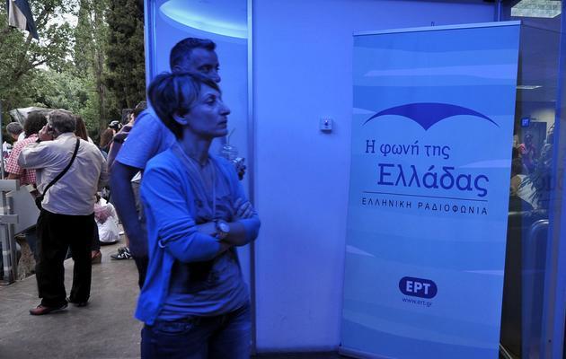 Des employés pénètrent dans les locaux de la radiotélévision publique grecque ERT, à Athènes le 12 juin 2013 [Louisa Gouliamaki / AFP]