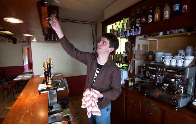 L'indépendantiste breton Gaël Roblin pose le 17 mai 2013 à Rennes dans son bar-resto-bouquiniste [Damien Meyer / AFP]