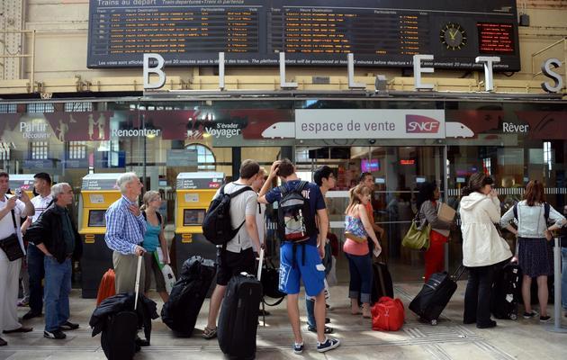 Des clients s'informent le 13 juin 2013 des conséquences de la grève nationale à la SNCF à la gare Saint Charles, à Marseille [Anne-Christine Poujoulat / AFP]