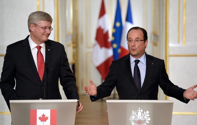 Le président François Hollande (d) et le premier ministre canadien, Stephen Harper, le 14 juin 2013 lors d'une conférence de presse [Bertrand Guay / AFP]