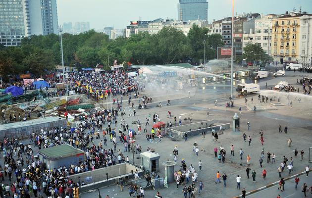 La police anti-émeutes disperse les manifestants du parc Gezi à Istanbul le 15 juin 2013 [Ozan Kose / AFP]