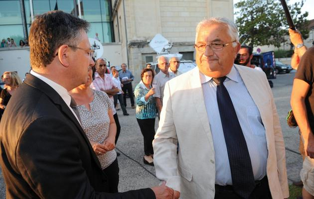 Le candidat socialiste Bernard Barral (d) s'entretient le 16 juin 2013 à Villeneuve-sur-Lot avec son rival UMP, Jean-Louis Costes (d) [Mehdi Fedouach / AFP]