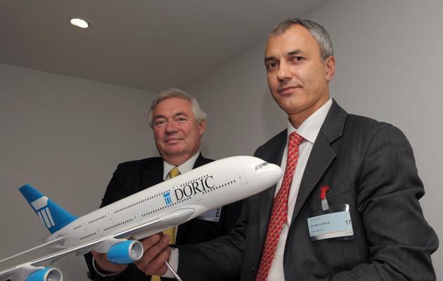 Mark Lapidus (D), Pdg de la compagnie de leasing Doric, et John Leahy, directeur commercial d'Airbus, le 17 juin 2013 au salon du Bourget [Eric Piermont / AFP]