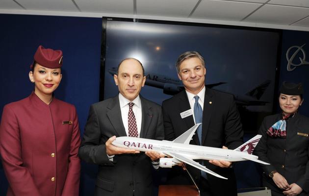 Le PDG de Qatar Airways, Akbar al-Baker (G), pose le 17 juin 2013 au salon du Bourget aux côtés du Pdg de Boeing, Ray Conner [Eric Piermont / AFP]