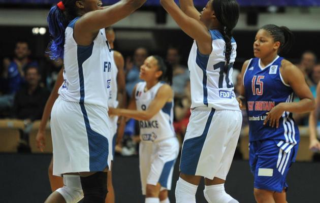 Les Françaises  Isabelle Yacoubou (à gauche) et Valeriane Ayayi (à droite) lors du match contre la Grande-Bretagne à l'Euro le 17 juin 2013 à Trélazé [Frank Perry / AFP]