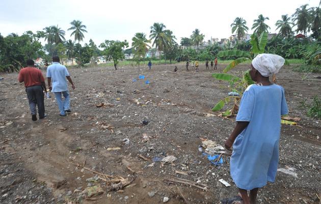 Des Haïtiens observent les dégâts causés par l'ouragan Sandy, dans le sud-ouest de l'île, le 17 novembre 2012 [Thony Belizaire / AFP]