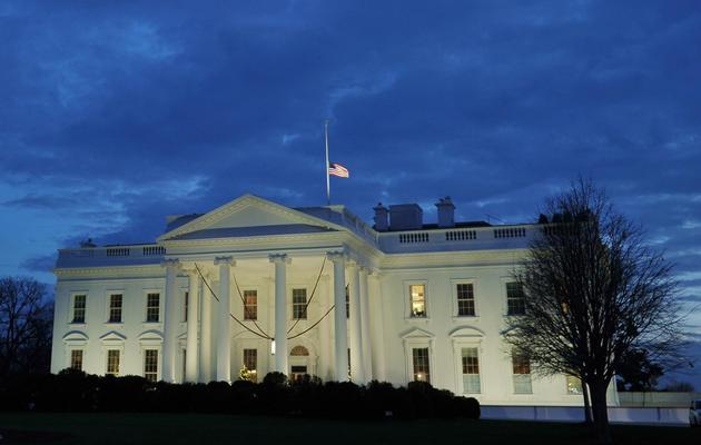 Le drapeau américain est en berne à la Maison Blanche à Washington, le 15 décemrbe 2012 [Mandel Ngan / AFP]