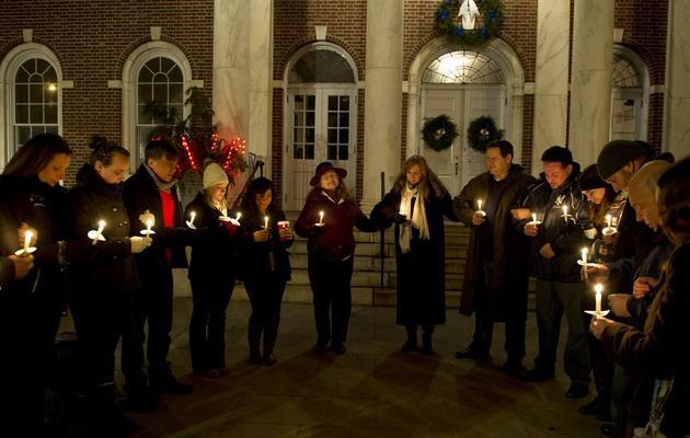 Des habitants de Newtown se réunissent pour une veillée en mémoire des victimes de la tuerie de l'école primaire de la ville, le 15 décemrbe 2012 [Don Emmert / AFP]