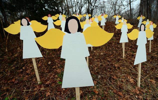 Des anges en bois en hommage aux victimes de la tuerie de l'école primaire sandy Hook, le 16 décembre 2012 à Newtown [Emmanuel Dunand / AFP]