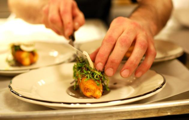 """Un """"loup de mer"""" accompagné d'une purée de champignons assaisonnée aux truffes et au parmesan, du chef japonais Keisuke Matsushima, le 25 avril 2013 à Chicago [Mira Oberman / AFP]"""