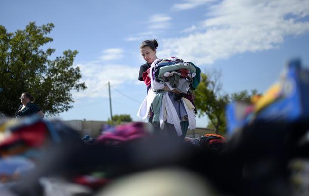 Une volontaire s'active pour aider les victimes de la tornade, le 22 mai 2013 à Moore [Jewel Samad / AFP]