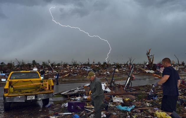 Des éclairs strient le ciel le 23 mai 2013 au-dessus de la ville de Moore, dans l'Oklahoma, totalement dévastée par une tornade [Jewel Samad / AFP]