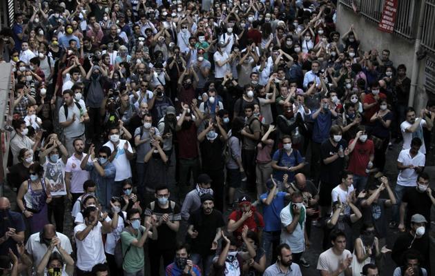 Des manifestants défient la police dans les rues d'Istanbul, le 31 mai 2013 [Gurcan Ozturk / AFP]